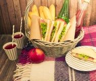 Lebensmittel und Sachen für ein Picknick stockfotos