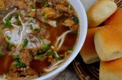 Lebensmittel von den Philippinen, Batchoy Utak Stockbilder