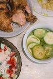 Lebensmittelabendessen-Mittagessentabelle des selbst gemachten Lebensmittels selbst gemachte mit Treffenhühner-Zucchinihafern und Lizenzfreie Stockfotos