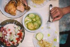 Lebensmittelabendessen-Mittagessentabelle des selbst gemachten Lebensmittels selbst gemachte mit Treffenhühner-Zucchinihafern und Stockbilder