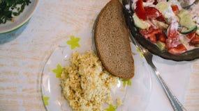 Lebensmittelabendessen-Mittagessentabelle des selbst gemachten Lebensmittels selbst gemachte mit Treffenhühner-Zucchinihafern und Lizenzfreie Stockbilder
