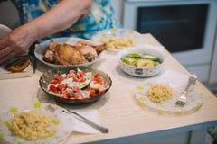 Lebensmittelabendessen-Mittagessentabelle des selbst gemachten Lebensmittels selbst gemachte mit Treffenhühner-Zucchinihafern und Stockfotografie
