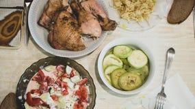 Lebensmittelabendessen-Mittagessentabelle des selbst gemachten Lebensmittels selbst gemachte mit Treffenhühner-Zucchinihafern und Lizenzfreies Stockbild