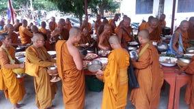 Lebensmittelangebote zu einem Mönch lizenzfreie stockfotografie
