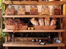 Lebensmittelanzeige am Restaurant Stockfotografie