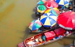 Lebensmittelboot mit buntem Regenschirm bei Ampawa Lizenzfreies Stockfoto