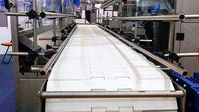 Lebensmittelfabrik automatisierte Roboterfördererlinie lizenzfreies stockbild