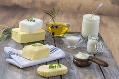 Lebensmittelfette und -öl: Satz Milchprodukt und Öl- und tierische Fette auf einem hölzernen Hintergrund Lizenzfreie Stockbilder