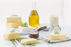 Lebensmittelfette und -öl: Satz Milchprodukt und Öl- und tierische Fette auf einem weißen Hintergrund Lizenzfreies Stockbild