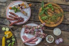 Lebensmittelfleisch des verschiedenen Grills Bbq-Partei Fest Zusammenstellung rohes, auf hölzernem Schneidebrett der Platten und  Lizenzfreies Stockbild