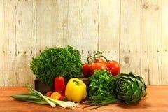 Lebensmittelgeschäft-Erzeugnis-Einzelteile auf einer hölzernen Planke stockfotografie