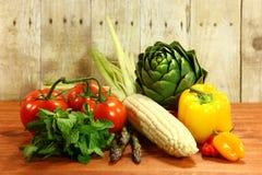 Lebensmittelgeschäft-Erzeugnis-Einzelteile auf einer hölzernen Planke stockfotos
