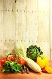 Lebensmittelgeschäft-Erzeugnis-Einzelteile auf einer hölzernen Planke stockbilder