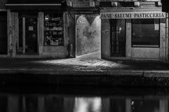 Lebensmittelgeschäft Venedigs Italien nachts entlang Kanal stockbild
