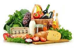 Lebensmittelgeschäfte im Weidenkorb getrennt auf Weiß Lizenzfreie Stockfotografie
