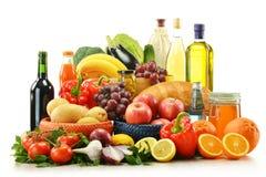 Lebensmittelgeschäfte und Korb getrennt auf Weiß Lizenzfreie Stockfotografie