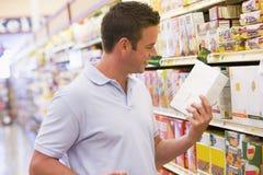 Lebensmittelgeschäfteinkaufen des jungen Mannes Lizenzfreies Stockfoto