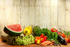 Lebensmittelgeschäft-Erzeugnis-Einzelteile auf einer hölzernen Planke Stockbild