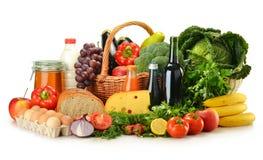 Lebensmittelgeschäfte im Weidenkorb getrennt auf Weiß Lizenzfreies Stockfoto