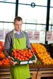 Lebensmittelhändler mit Tomaten Stockfoto