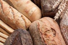 Lebensmittelhintergrund des frisch gebackenen Brotes mit den Ohren des Weizens stockbilder