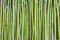 Lebensmittelhintergrund des grünen Spargelstammes stockfotos