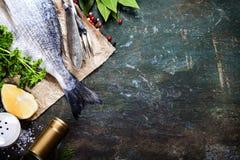 Lebensmittelhintergrund mit Fischen und Wein Stockbild