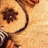 Lebensmittelhintergrund mit Kopienraum. Brown-Zucker, Anisstern und cin Stockfotografie