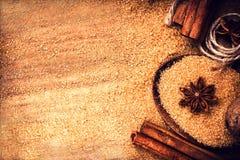 Lebensmittelhintergrund mit Kopienraum. Brown-Zucker, Anisstern und cin Stockfotos