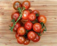 Lebensmittelhintergrund von frischen kleinen Tomaten auf hölzerner Tabelle Lizenzfreie Stockfotografie
