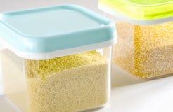 Lebensmittelinhaltsstoffe in den Glasgläsern, auf weißem Hintergrund Plastikbehälter Stockbilder