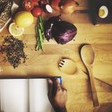 Lebensmittelinhaltsstoffe, die Buch-Konzept kochend sich vorbereiten Lizenzfreies Stockfoto