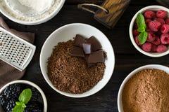 Lebensmittelinhaltsstoffe für das Kochen des Schokoladennachtischs mit Frucht stockfotos