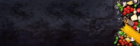 Lebensmittelinhaltsstoffe für italienische Teigwaren, Spaghettis auf schwarzem Steinschieferhintergrund kopieren Sie Raum Ihres T lizenzfreie stockfotografie