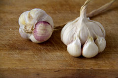 Lebensmittelinhaltsstoffe: Knoblauch auf hölzernem Brett Stockbild
