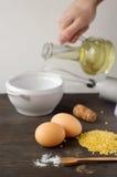 Lebensmittelinhaltsstoffe und Küchengeräte für das Kochen auf hölzerner Rückseite Stockfotos