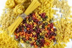 Lebensmittelkonzept - verschiedene ungekochte, rohe italienische Teigwaren auf weißem Hintergrund, Draufsicht, Satz Stockfotografie