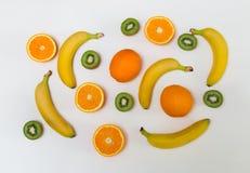 Lebensmittelmuster gemacht von den Orangen, von den Kiwis und von den Bananen Lizenzfreie Stockbilder