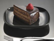 Lebensmittelnachtisch, Schokoladenkuchen mit Erdbeeren Lizenzfreie Stockfotos