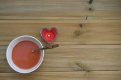 Lebensmittelphotographiebild der gemachten Tomatenhauptsuppe in der weißen Schüssel mit rustikalem hölzernem Hintergrund der Lieb Lizenzfreies Stockbild
