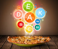 Lebensmittelplatte mit köstlicher Mahlzeit und gesunden Vitaminsymbolen Stockfotos