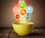 Lebensmittelplatte mit köstlicher Mahlzeit und gesunden Vitaminsymbolen Stockbild