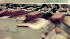 Lebensmittelproduktionsfließband Lebensmittelindustrie Eiscreme-Herstellungslinie stock footage
