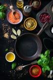Lebensmittelrahmen, Hintergrund oder gesundes Lebensmittelkonzept auf einem Weinlesehintergrund Lizenzfreie Stockfotografie