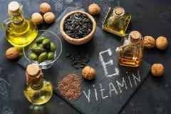 Lebensmittelreiche in Vitamin E Ein Satz verschiedene Öle Samen des Flachses, Sonnenblume, Walnuss, Oliven Beschneidungspfad eing stockfotografie