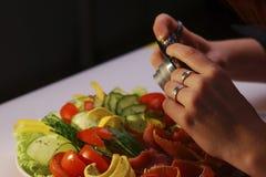 Lebensmittelschießen - Hände und Kamera Lizenzfreie Stockfotos