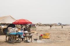 Lebensmittelstall auf dem Strand in Accra, Ghana Stockfoto