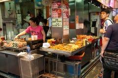 Lebensmittelstall bei Mongkok, Hong Kong Stockbild