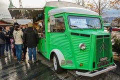 Lebensmittelstall gemacht von altem Citroen auf Weihnachtsmarkt in Zürich lizenzfreies stockbild