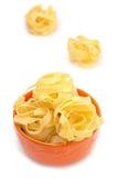 Lebensmittelstillleben mit italienischen Teigwaren (Nester) stockbild